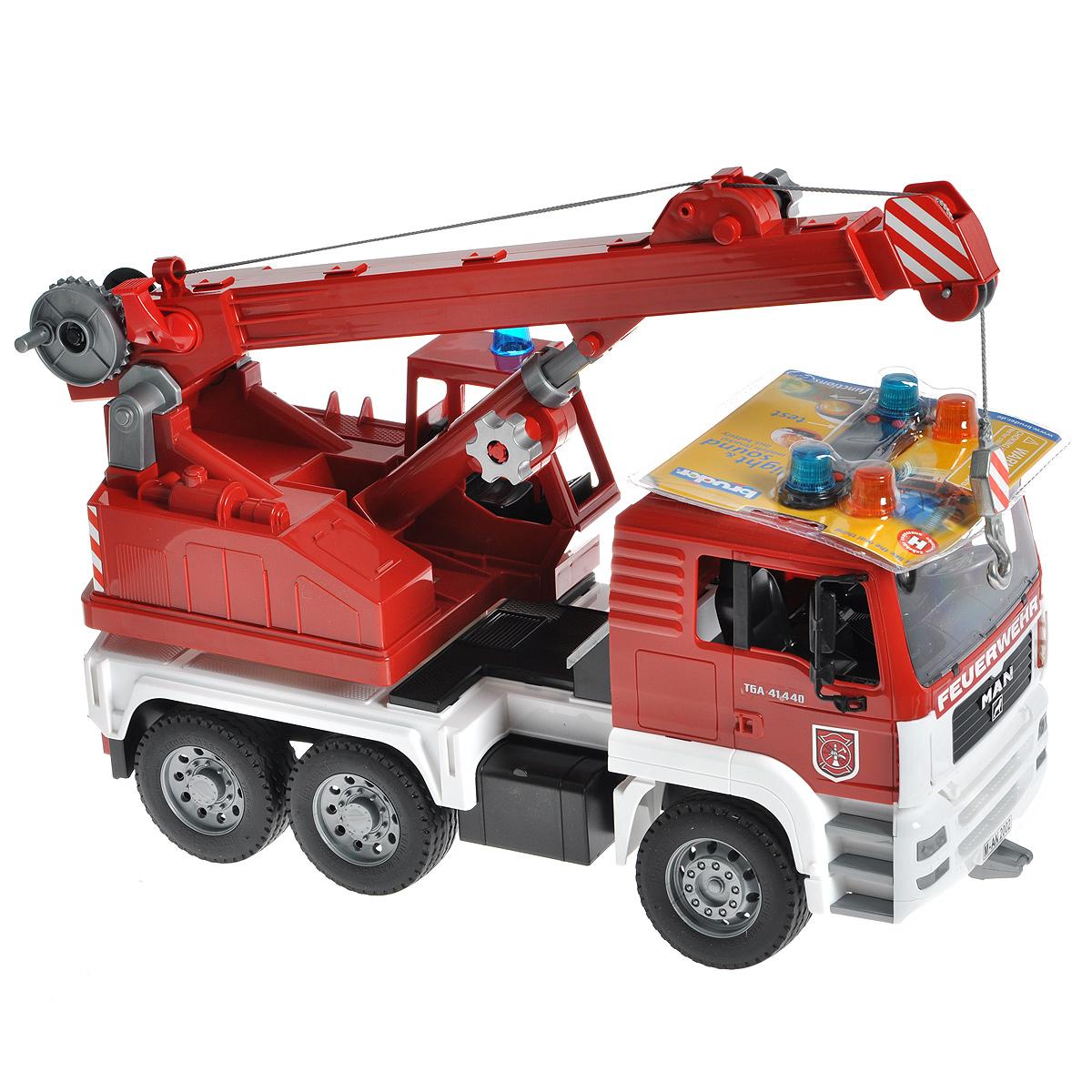 Bruder Пожарный автокран MAN02-770Пожарный автокран Bruder MAN, выполненный из прочного безопасного материала красного, серебристого и белого цветов, отлично подойдет ребенку для различных игр. Машина является уменьшенной копией пожарного автокрана фирмы MAN. Пожарный автокран оборудован веревкой с крюком, который скручивается лебедкой, и телескопической стрелой, меняющей угол наклона. Стрела выдвигается специальной ручкой. Платформа автокрана поворачивается на 360°; на ней установлена кабина для управления краном. Также пожарная машина оснащена четырьмя опорами для устойчивости и ящиком для инструментов. Водительская кабина откидывается, что обеспечивает доступ к двигателю; зеркала складываются. В кабину помещается небольшая игрушка. Машина дополнена съемным модулем с мигающими лампочками и звуком продолжительностью 18 секунд, работающим в четырех режимах: гудок, звук двигателя, мигающие лампочки, сирена (американская, европейская). Прорезиненные колеса обеспечивают машине устойчивость и...