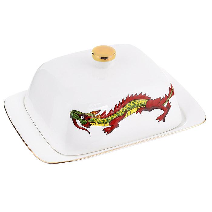 Масленка Briswild Яркий дракон595-099Масленка Briswild Яркий дракон, изготовленная из фарфора белого цвета, предназначена для красивой сервировки и хранения масла. Она состоит из подноса и крышки с ручкой, оформленной изображением дракона. Масло в ней долго остается свежим, а при хранении в холодильнике не впитывает посторонние запахи. Прекрасный дизайн изделия идеально подойдет для сервировки стола. Гладкая поверхность обеспечивает легкую чистку. Не боится низких температур. Набор упакован в подарочную коробку. Внутренняя часть коробки задрапирована коричневым атласом. Не использовать в микроволновой печи. Не применять абразивные моющие средства.