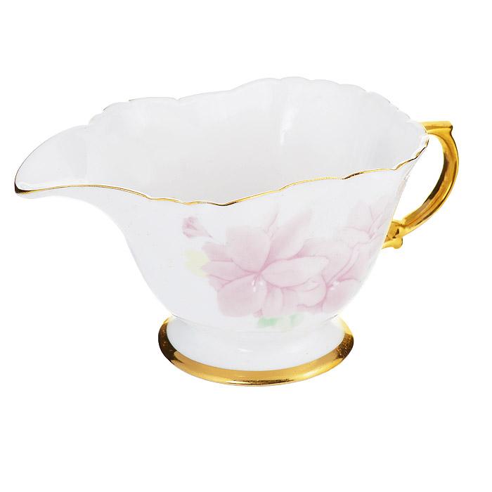 Молочник Briswild Розовый цветок581-088Молочник Briswild Розовый цветок выполнен из керамики белого цвета и украшен изображением розовых цветов. Кайма, ручка и основание изделия оформлены золотистой эмалью. Такой молочник станет незаменимым аксессуаром для тех, кто любит пить кофе или чай с добавлением молока. Не использовать в микроволновой печи. Не применять абразивные чистящие вещества.