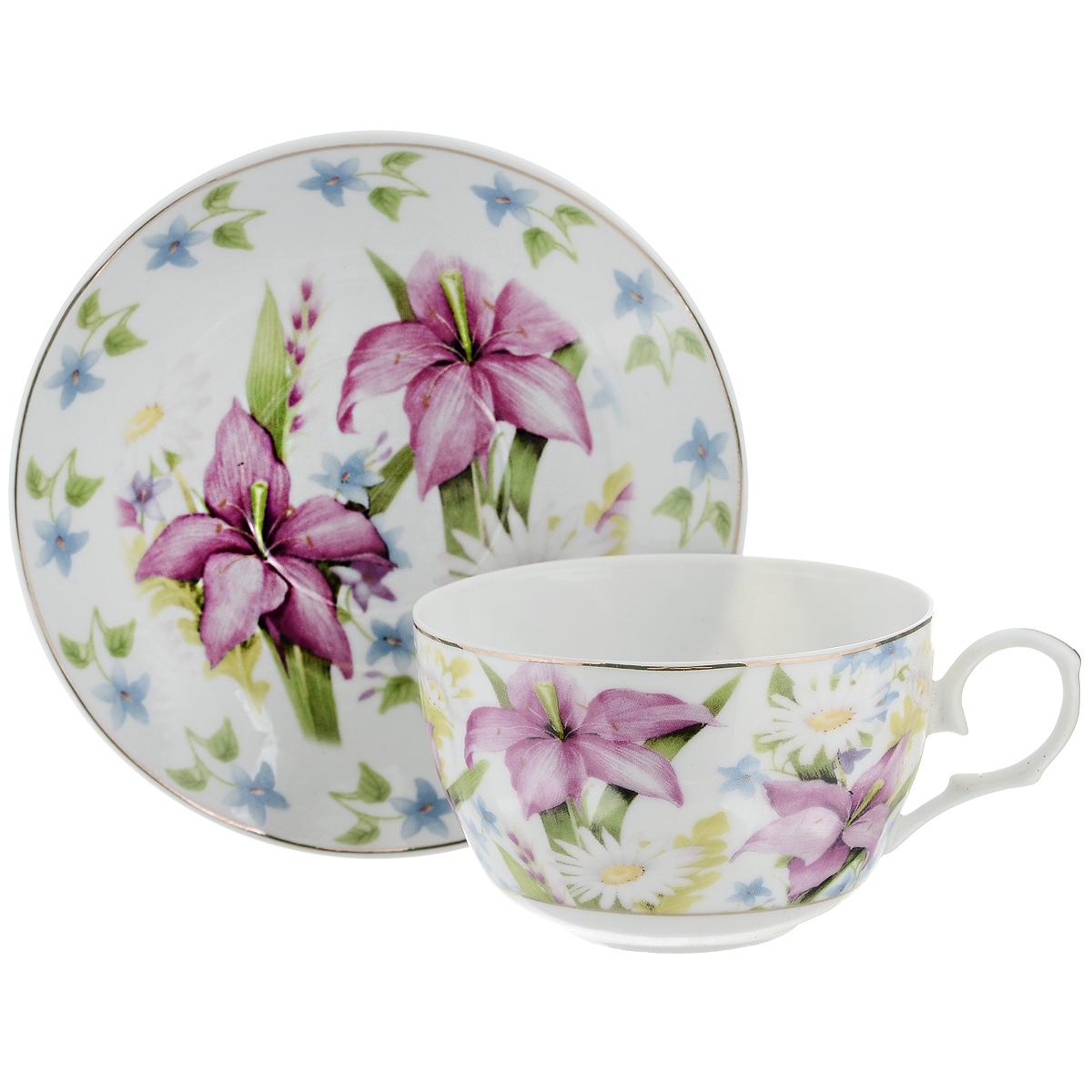 Набор чайный Briswild Лилии, 2 предмета523-095Чайный набор Briswild Лилии состоит из чашки и блюдца. Изделия выполнены из высококачественного фарфора и оформлены красочным изображением лилий. Изящный набор красиво оформит стол к чаепитию и станет приятным подарком к любому случаю. Не использовать в микроволновой печи. Не применять абразивные моющие средства.