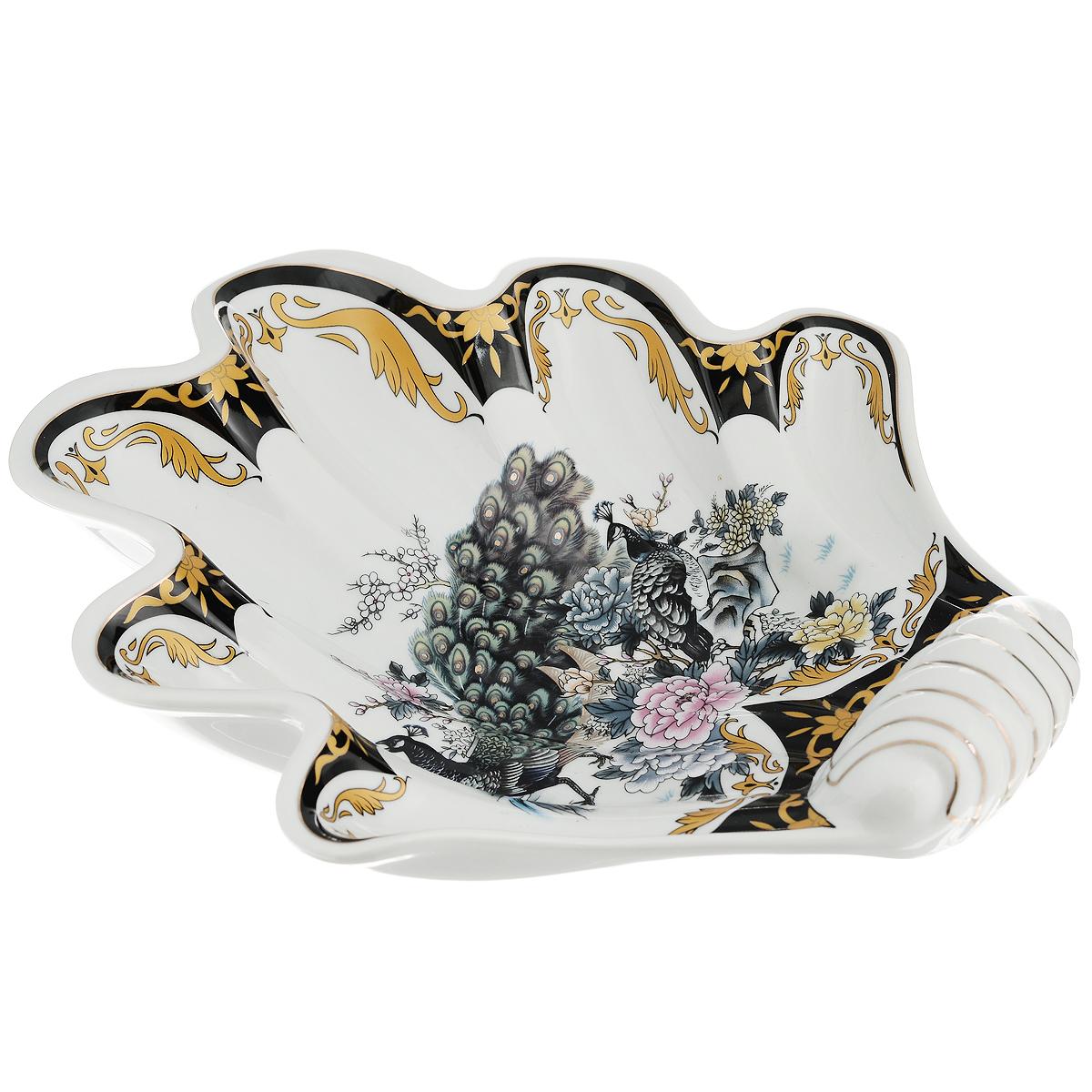 Блюдо Saguro Сказочный павлин, 22,5 см х 25 см х 5 см518-038Блюдо Saguro Сказочный павлин изготовлено из фарфора в виде изящной ракушки. Изделие оформлено красочным изображением павлинов. Такое блюдо сочетает в себе изысканный дизайн с максимальной функциональностью. Красочность оформления и необычная форма блюда придется по вкусу тем, кто предпочитает утонченность и изящность. Оригинальное блюдо украсит сервировку вашего стола и подчеркнет прекрасный вкус хозяйки, а также станет отличным подарком. Не использовать в микроволновой печи. Не применять абразивные чистящие вещества.