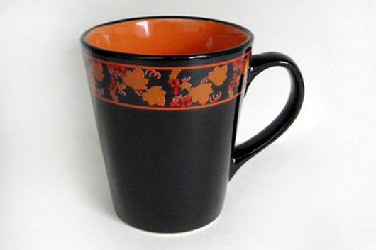 Кружка Рябина, цвет: черный, оранжевый, 375 млHW S01-RAКружка Рябина изготовлена из высококачественной керамики и декорирована орнаментом с рисунком. Она прекрасно впишется в интерьер вашей кухни и станет достойным дополнением к кухонному инвентарю. Такая кружка не только украсит ваш кухонный стол и подчеркнет прекрасный вкус хозяйки, но и станет отличным подарком.