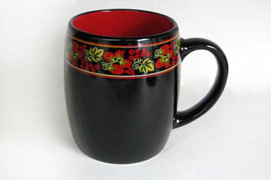 Кружка Клубника, цвет: черный, красный, 450 млHW S03-KLКружка Клубника изготовлена из высококачественной керамики и декорирована орнаментом с рисунком. Она прекрасно впишется в интерьер вашей кухни и станет достойным дополнением к кухонному инвентарю. Такая кружка не только украсит ваш кухонный стол и подчеркнет прекрасный вкус хозяйки, но и станет отличным подарком.