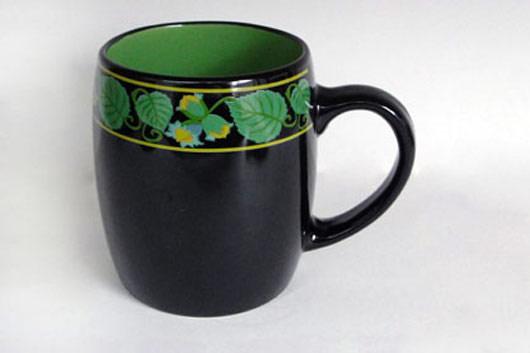 Кружка Листочки, цвет: черный, зеленый, 400 млHW S03-ORКружка Листочки выполнена из высококачественной керамики и украшена изображениями листочков. Это изделие экологически безопасно. Кружка Листочки станет замечательным сувениром к любому случаю. Диаметр кружки по верхнему краю: 8 см. Высота стенок: 10 см. Объем: 400 мл.