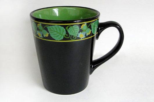 Кружка Лесной орех, цвет: черный, зеленый, 375 млHW S01-ORКружка Лесной орех изготовлена из высококачественной керамики и декорирована орнаментом с рисунком. Она прекрасно впишется в интерьер вашей кухни и станет достойным дополнением к кухонному инвентарю. Такая кружка не только украсит ваш кухонный стол и подчеркнет прекрасный вкус хозяйки, но и станет отличным подарком.