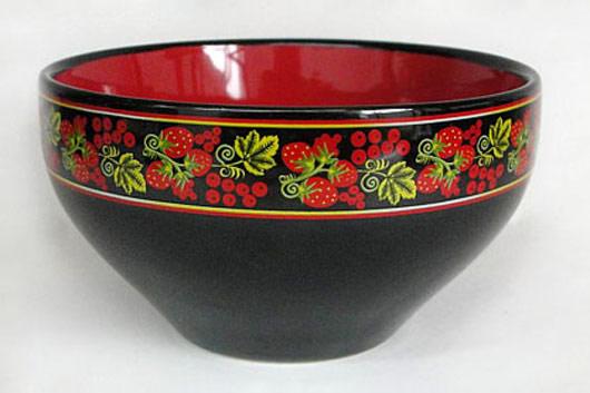 Салатник Клубника, цвет: черный, красный, 580 млHW S05-KLСалатник Клубника изготовлен из высококачественной керамики и декорирован каймой с рисунком. Он прекрасно впишется в интерьер вашей кухни и станет достойным дополнением к кухонному инвентарю. Такой салатник не только украсит ваш кухонный стол и подчеркнет прекрасный вкус хозяйки, но и станет отличным подарком.