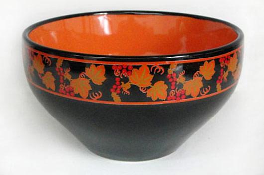 Салатник Рябина, цвет: черный, оранжевый, 580 млHW S05-RAСалатник Рябина изготовлен из высококачественной керамики и декорирован каймой с рисунком. Он прекрасно впишется в интерьер вашей кухни и станет достойным дополнением к кухонному инвентарю. Такой салатник не только украсит ваш кухонный стол и подчеркнет прекрасный вкус хозяйки, но и станет отличным подарком.