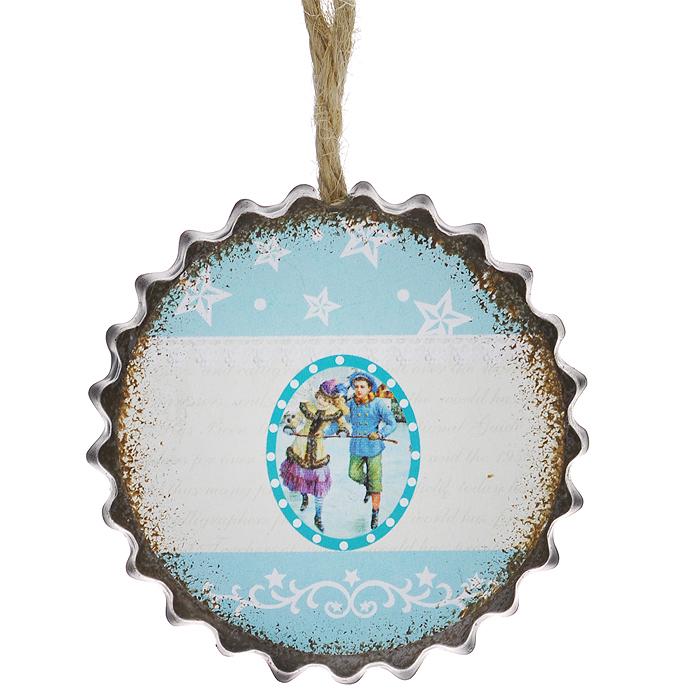 Новогоднее подвесное украшение Зимняя прогулка. 3529235292Оригинальное новогоднее украшение из пластика прекрасно подойдет для праздничного декора дома и новогодней ели. Изделие крепится на елку с помощью металлического зажима.