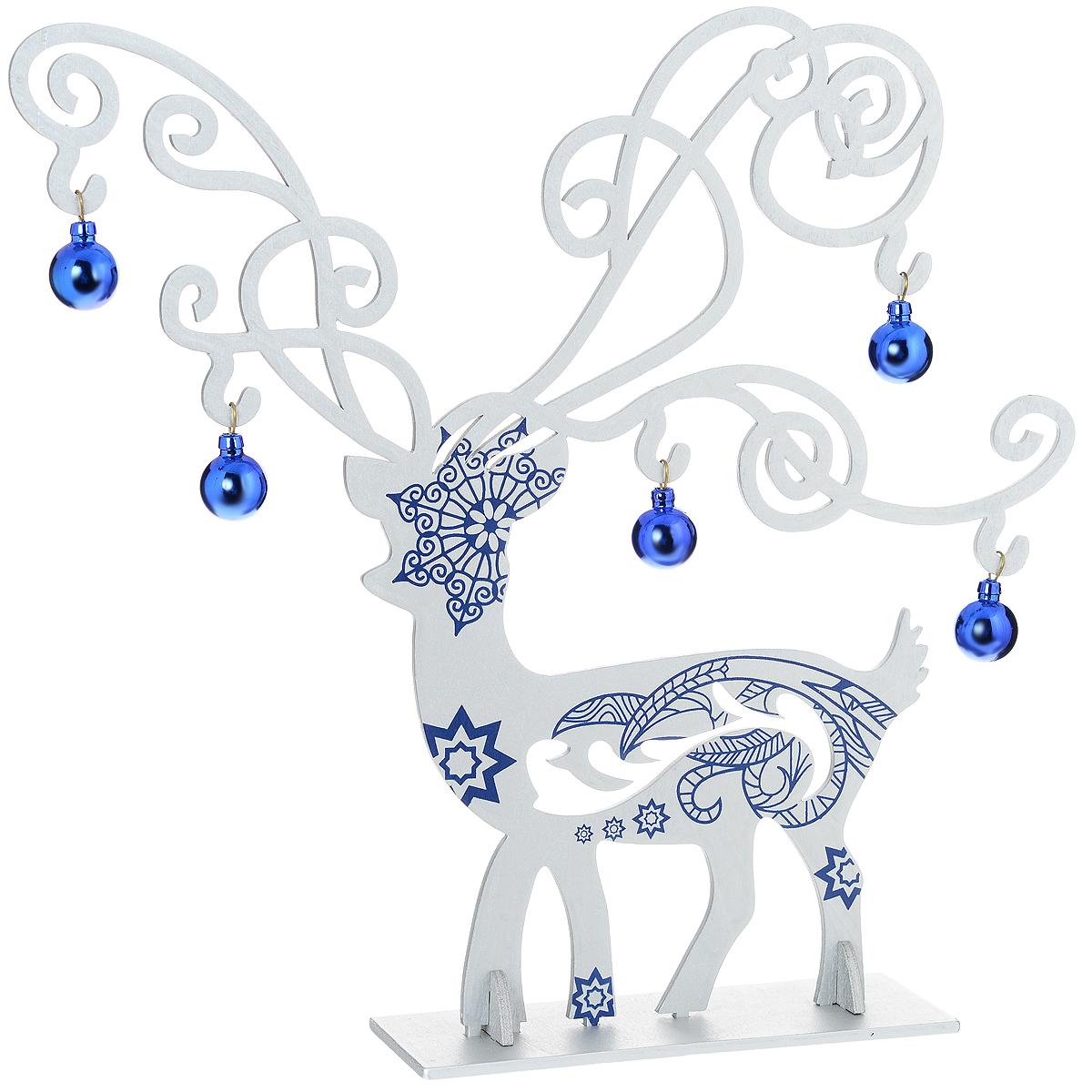 Украшение новогоднее Серебряный олень. 3527935279Оригинальное сборное новогоднее украшение Серебряный олень выполнено из древесины тополя в виде серебристого оленя, декорированного синими узорами. Олень помещается на одну основную и две вспомогательные подставки. Синие шары можно повесить на его красивые ветвистые рога. Это украшение может занять достойное место в вашем доме в праздничные дни. Новогодние украшения приносят в дом волшебство и ощущение праздника. Создайте в своем доме атмосферу веселья и радости, украшая всей семьей новогоднюю елку нарядными игрушками, которые будут из года в год накапливать теплоту воспоминаний. Коллекция декоративных украшений из серии Magic Time принесет в ваш дом ни с чем несравнимое ощущение волшебства! Комплектация: - украшение Серебряный олень (1 шт.), - синие шары (5 шт.), - основная подставка (1 шт.), - вспомогательные подставки (2 шт.). Размер оленя: 28 см х 30 см х 0,5 см. Размер подставки: 13,5 см х 6 см х 0,5 см. ...