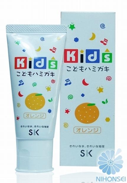 SK Kids Детская зубная паста, с ароматом апельсина, 60 гА600847Детская зубная паста SK Kids со вкусом апельсина специально разработана для ухода за полостью рта детей от 3-х лет. Малыш с удовольствием будем чистить зубки каждый день. Вам не придется больше заставлять и напоминать ребенку об этой необходимости, ведь яркий фруктовый вкус апельсина и ароматы так понравятся малышу. Состав пасты безопасен: не содержатся ПАВ, сахарин и консерванты, что гарантирует полную безопасность, даже если ребенок увлекся и проглотил немного. Паста мягко очищает нежные зубки, оказывает профилактику кариеса, увлажняет и защищает десна, освежает дыхание. Товар сертифицирован.