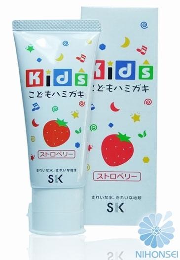 SK Kids Детская зубная паста, с ароматом клубники, 60 гА600854Детская зубная паста SK Kids со вкусом клубники разработана для ухода за полостью рта детей от 3 лет. Малыш с удовольствием будет чистить зубки каждый день. Вам не придётся больше заставлять и напоминать ребенку об этой необходимости, ведь яркий фруктовый вкус клубники и ароматы так понравятся малышу. Состав пасты безопасен: не содержатся ПАВ, сахарин и консерванты, что гарантирует полную безопасность, даже если ребенок увлекся и проглотил немного. Паста мягко очищает нежные зубки, оказывает профилактику кариеса, увлажняет и защищает десна, освежает дыхание. Товар сертифицирован.