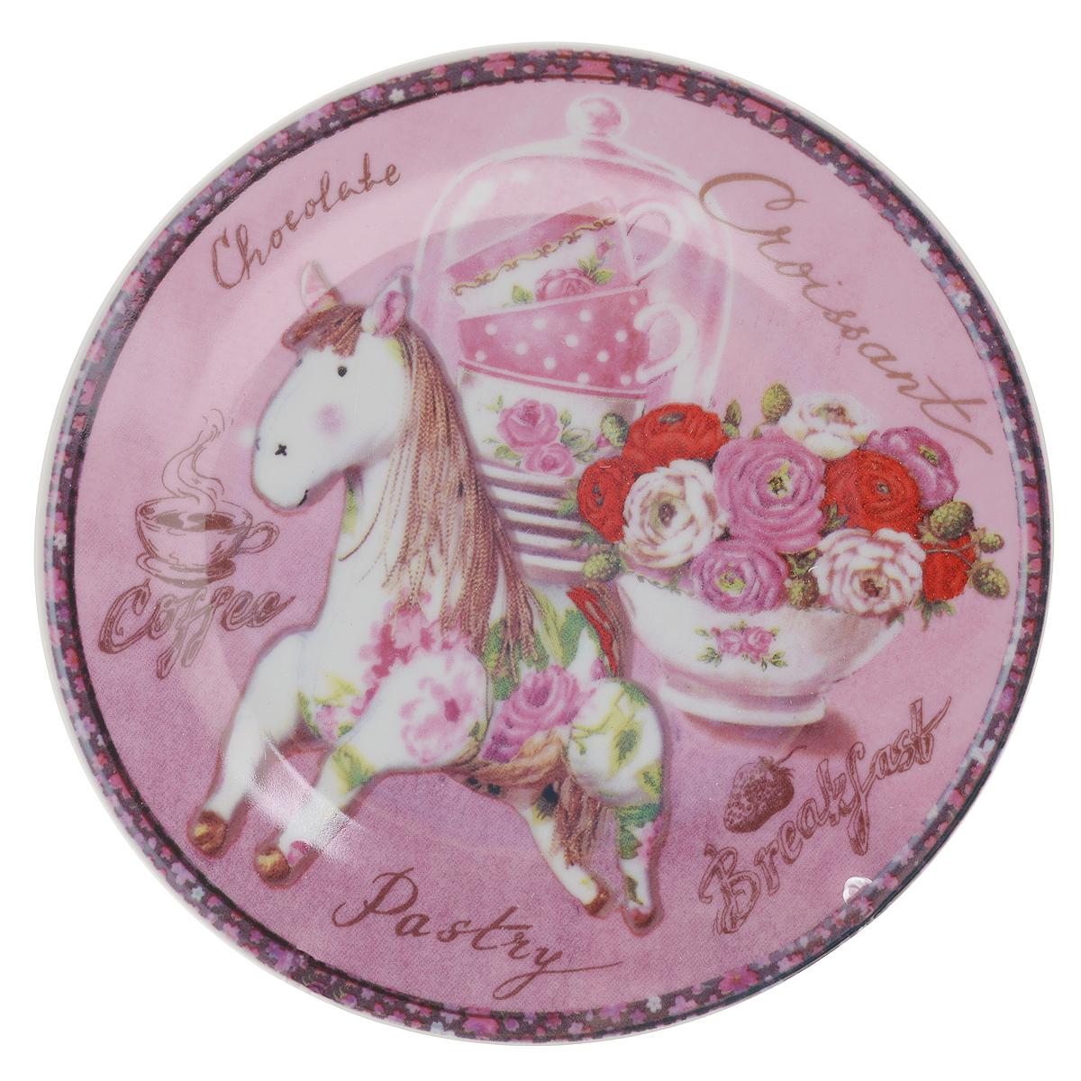 Тарелка декоративная Besko Винтажная лошадка, диаметр 18 см515-486Декоративная тарелка Besko Винтажная лошадка выполнена из высококачественной керамики, покрытой слоем сверкающей глазури. Изделие оформлено красочным изображением лошади и цветов. Такая тарелка украсит интерьер вашей кухни и подчеркнет прекрасный вкус хозяина, а также станет отличным подарком. Диаметр: 18 см. Высота: 2 см.