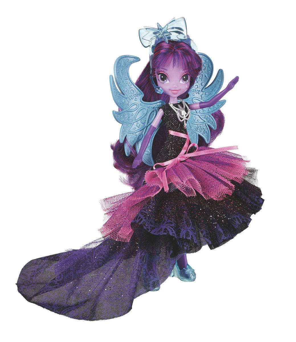 My Little Pony Кукла Супер-модница Твайлайт СпарклA8059Кукла My Little Pony Equestria Girls: Твайлайт Спаркл непременно понравится вашей маленькой принцессе. Кукла выполнена в виде девочки-пони Твайлайт Спаркл и одета в сказочное черно-фиолетовое платье с розовой верхней юбкой-сеточкой, на голове у нее закреплен голубой микрофон, на ногах - голубые сапожки. Она готова блистать в своем модном наряде на любом рок-концерте! Ее гламурный образ прекрасно подчеркнут большие голубые блестящие крылышки, которые закрепляются за спиной куклы. Также в комплект входит коллекционная карточка. Порадуйте ваше малышку таким замечательным подарком!
