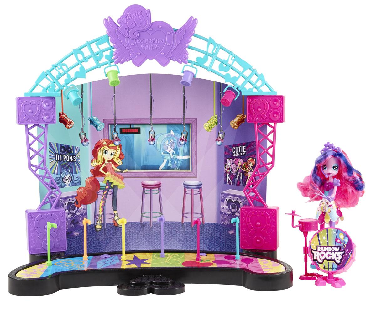 My Little Pony Игровой набор с куклой Рок-концерт Пинки ПайA8060Игровой набор My Little Pony Рок-концерт, созданный по мотивам мультфильма Equestria Girls (Девочки из Эквестрии), непременно понравится вашей малышке. Для Пинки Пай пришло время выйти на сцену и начать свой рок-концерт! Куколка с длинными розово-фиолетовыми волосами выглядит как настоящая рок-звезда. Она одета в фиолетовую кофточку и разноцветную юбку, на ногах - голубые босоножки на высоком каблуке. В комплект входят элементы для сборки сцены, кукла и барабанная установка. Ваша малышка с удовольствием будет играть с этим набором, каждый раз придумывая новые истории. Порадуйте ее таким замечательным подарком! Остальные куклы продаются отдельно.