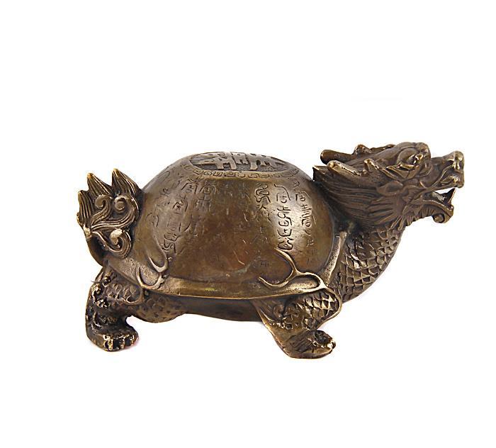 Статуэтка Драконочерепаха. Бронза, прочеканка. Китай, вторая половина XX века52134Статуэтка Драконочерепаха. Бронза, прочеканка. Китай, вторая половина XX века. Высота 7 см, длина 14,5 см, ширина 8 см. Сохранность хорошая. Одним из символов гармонии вселенной, которую исповедует учение фэн-шуй, является талисман Драконочерепаха. Он представляет собой необыкновенное мистическое животное, у которого голова дракона, а тело черепахи. Основные задачи, которые выполняет талисман, — это защита жилища от любой негативной энергии, от всего плохого и нечистого, что может проникнуть в него. Отличный подарок для поклонников фен-шуй!