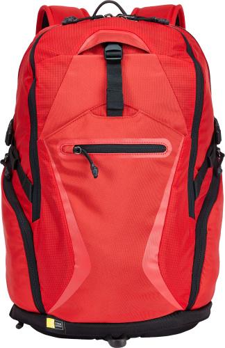 Рюкзак классический Case Logic, цвет: красный. BOGB-115RCL_NB_BOGB-115RФункциональный и удобный рюкзак для ноутбука до 15.6 и планшета 10.1 серии Griffith Park. Особенности рюкзака: Специальные карманы, которые подойдут для ноутбука и iPad / планшета, вместят всю необходимую электронику. Просторное отделение имеет карманы для оборудования и вшитый футляр для ключей, а также пространство для хранения необходимых вещей (от тетрадей до сменной одежды). Телефон в флисовом кармане, открывающемся сверху, на задней стенке рюкзака всегда будет защищен и доступен для пользователя. Мягкая спинка с вентиляционными отверстиями и регулируемый нагрудный ремень позволяют комфортно переносить ваше оборудование. В кармане в нижней части удобно хранить более крупные предметы, например сетевой адаптер, и куртку или замок для велосипеда во время отдыха. Передний потайной карман позволяет легко доставать или хранить часто используемые вещи. Он надежно закрывается на застежку-молнию. Большие боковые карманы предоставят...