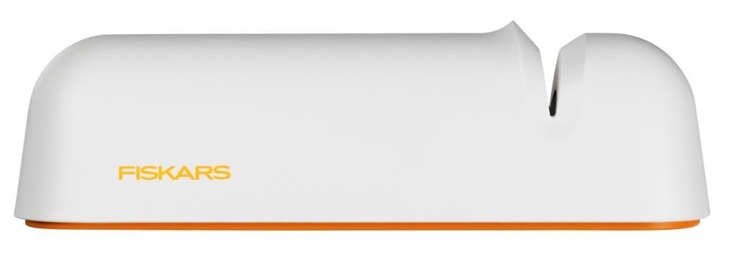 Точилка для ножей Fiskars Roll-Sharp, роликовая, цвет: белый1014214Точилка Fiskars Roll-Sharp необходима для поддержания оптимального качества резания ножей. С помощью этой роликовой точилки можно затачивать ножи быстро и легко. Особенности точилки: Нескользящее силиконовое основание. Прочный керамический шлифовальный камень. Подходит для мытья в посудомоечной машине. Компактный размер. Подходит для всех ножей.