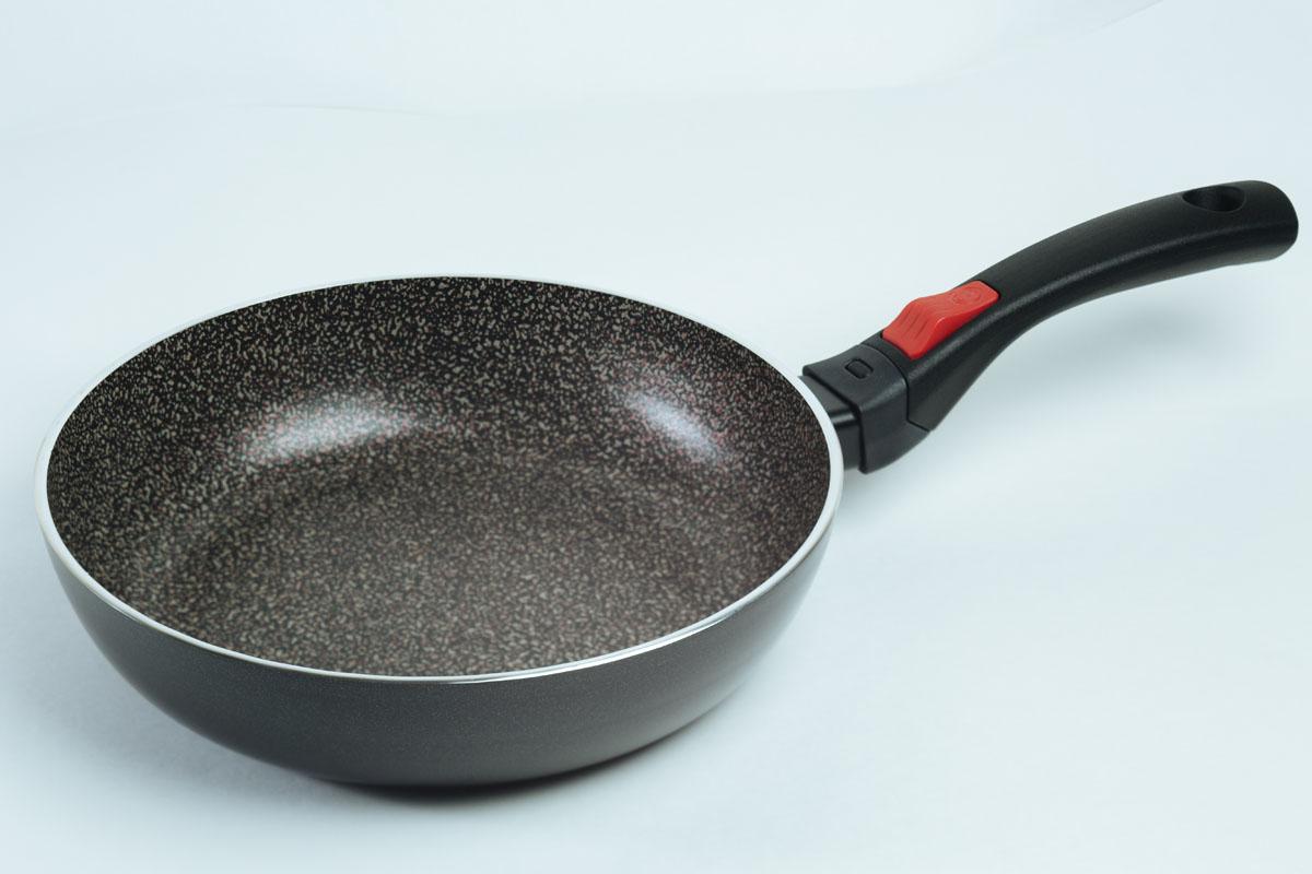Сковорода Jarko Forte, с антипригарным покрытием, со съемной ручкой. Диаметр 26 смJF-126-20Сковорода Jarko Forte изготовлена из экологичного алюминия с антипригарным каменным покрытием. Покрытие не оставляет послевкусия, делает возможным приготовление блюд без масла, сохраняет витамины и питательные вещества. Оно обладает повышенной стойкостью к царапинам и внешним воздействиям. Внешнее покрытие выдерживает высокую температуру. Съемная бакелитовая ручка не нагревается в процессе приготовления пищи. Сковорода пригодна для использования на всех типах плит, кроме индукционных. Подходит для чистки в посудомоечной машине. Не применять абразивные чистящие средства. Не использовать жесткие щетки.