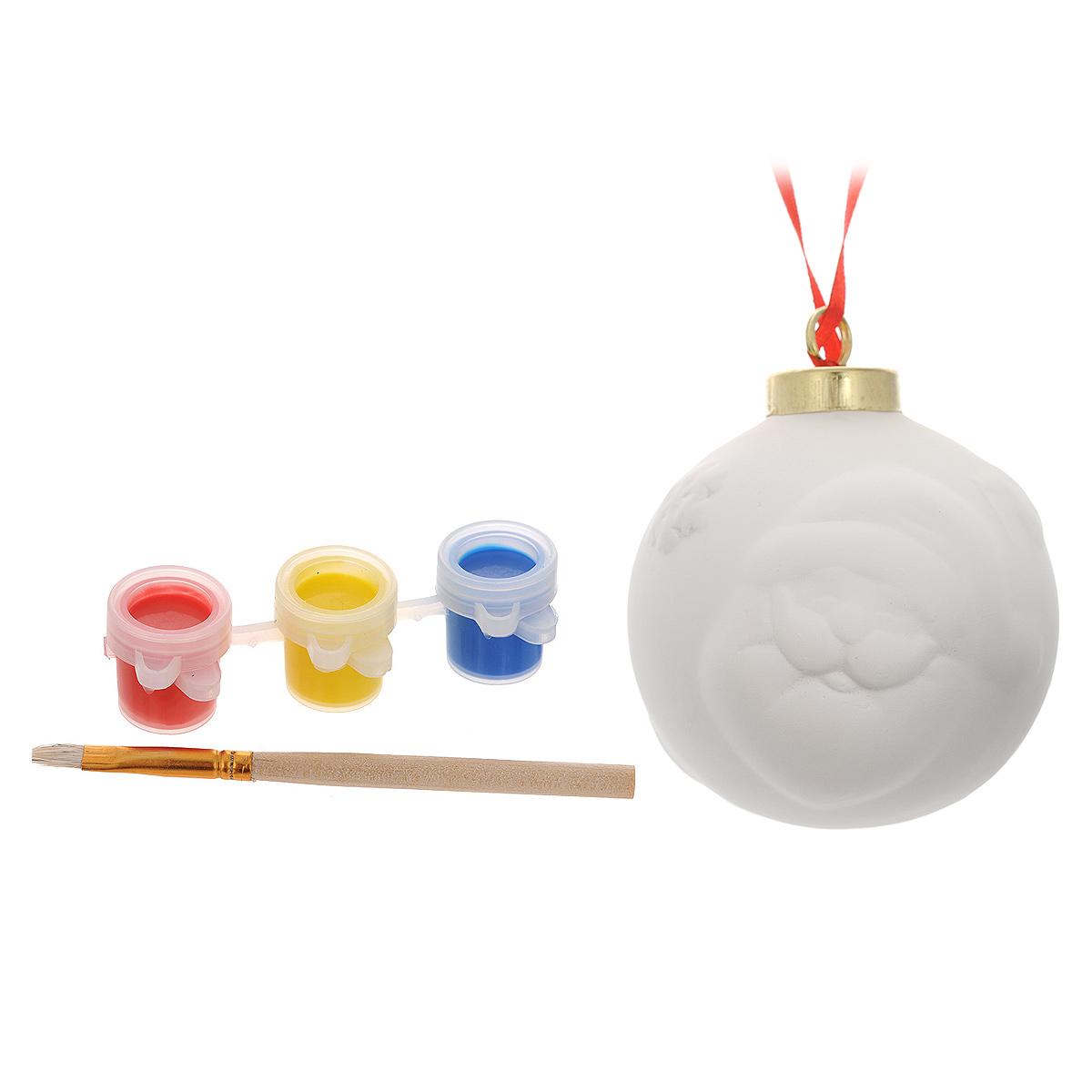 Новогодний набор для творчества Шар, 5 предметов. 3467634676Набор для творчества Шар включает в себя: заготовку из доломитовой глины, три баночки с акварельными красками и кисть. Раскрасьте новогоднюю игрушку вместе с ребенком и повесьте на елку. Игрушка, выполненная своими руками, будет радовать глаз и создаст хорошее настроение. Рельефные раскраски специально разработаны для эффективного применения методик развития памяти, моторики и внимания ребенка. Они позволяют использовать различные приемы оформления и элементы аппликаций, причем уровень сложности вы можете выбирать самостоятельно. Длина кисти: 9,5 см. Размер баночки с краской: 3 см x 2 см x 1,5 см. Диаметр заготовки: 6,5 см.