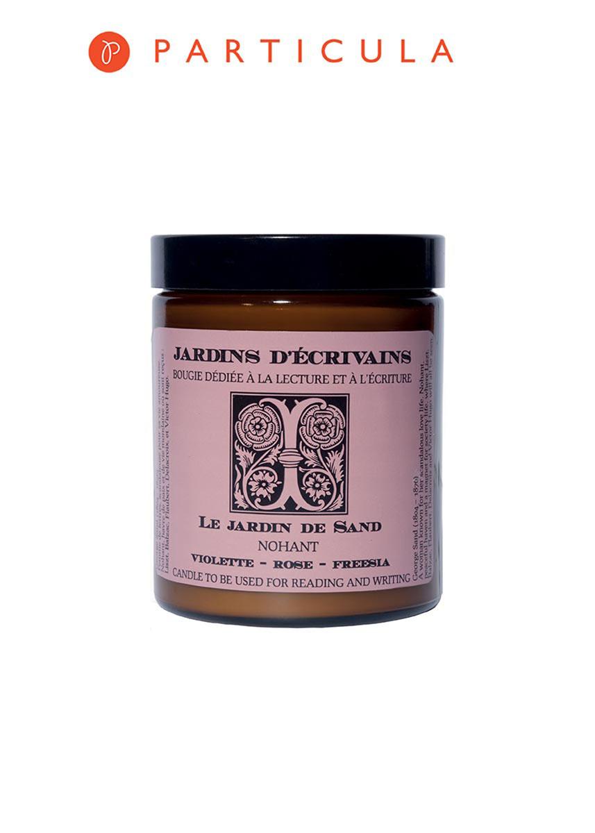 Jardins Decrivains Свеча для дома Le Jardin de Sand - Nohant, ароматизированная, 170 гJDS-3760230030006Нужны огромные сады, чтобы пьянящие ароматы цветов проникали в комнаты, - писала Жорж Санд. Скандальная личная жизнь и неоднозначно откровенные романы, написанные в семейной усадьбе в Ноане, принесли ей известность еще при жизни. В Саду Жорж Санд собраны ароматы свежих цветов, самые чувственные и притягательно-нежные. Товар сертифицирован. Состав: Соя и хлопок.