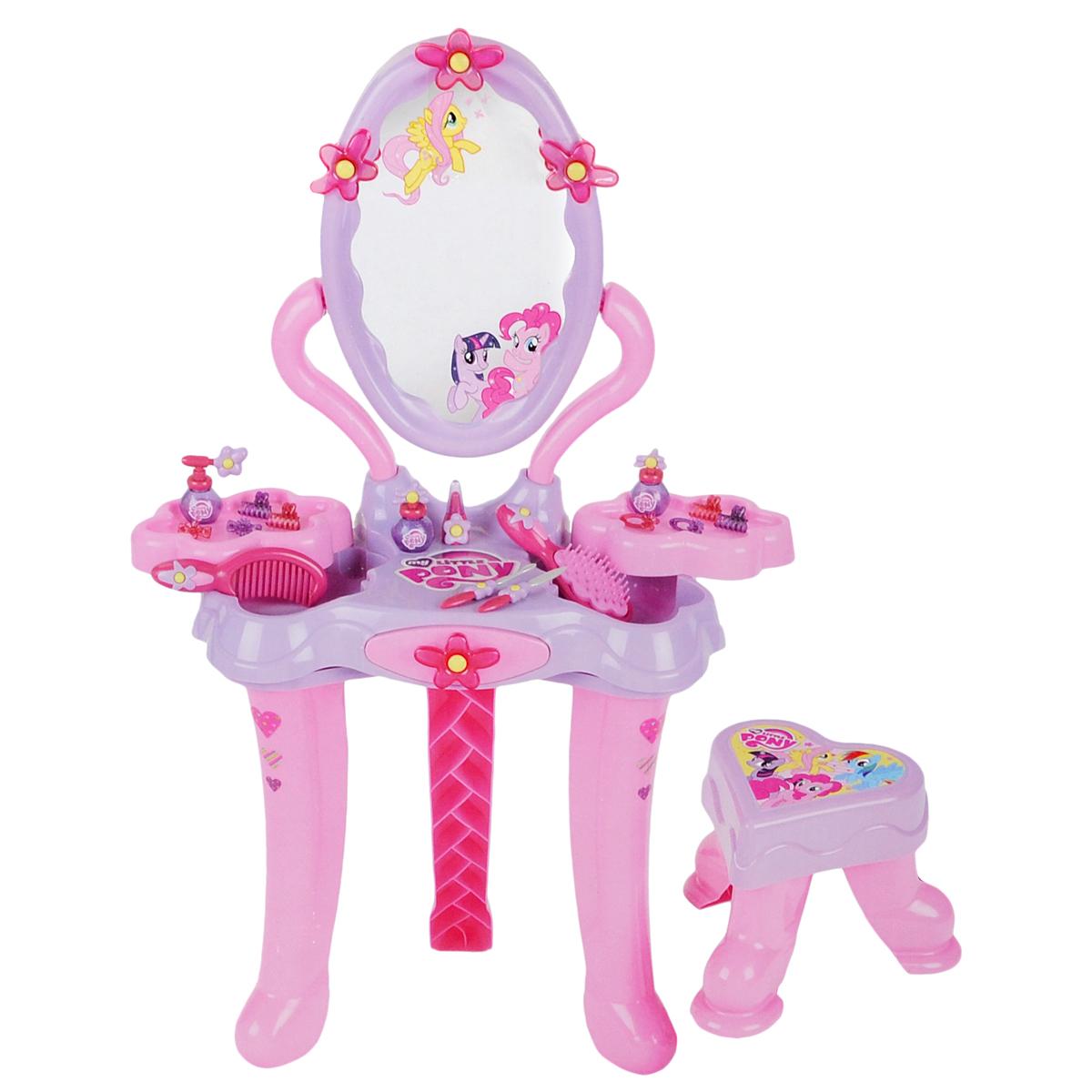 Игровой набор Klein My Little Pony. Студия красоты, 18 предметов5301Игровой набор Klein My Little Pony. Студия красоты привлечет внимание вашей малышки и позволит ей почувствовать себя настоящей модницей. Студия красоты представляет собой столик на трех ножках с табуретом и оснащена большим безопасным зеркальцем, выдвижным ящичком и двумя поворотными полочками, закрывающими два отсека для хранения аксессуаров. В набор входят следующие игрушечные аксессуары для маленькой красавицы: расческа, щетка, 3 флакончика для духов, 4 крабика для волос, 4 заколки-зажима, 2 игрушечные пилочки для ногтей и игрушечная губная помада. Ваша малышка сможет любоваться на свое отражение в зеркале и прихорашиваться. Порадуйте ее таким замечательным набором!