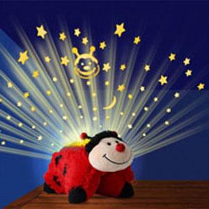 Funtastic Limited Игрушка-ночник с проекцией Божья коровкаDP02868(DP02867,DP02870)Игрушка-ночник с проекцией Funtastic Limited Божья коровка превратит комнату ребенка в звездное небо. Ночник выполнен из безопасных материалов в виде очаровательной божьей коровки. Ночник проецирует звездное небо на потолок и стены комнаты. Успокаивающая подсветка работает в трех режимах индикации: янтарном, голубом и зеленом. Светящийся абажур отлично освещает комнату приглушенным успокаивающим светом. Имеется встроенный таймер с возможностью автоматического отключения через 20 минут. Устройство не предназначено для использования в детской кроватке. Необходимо докупить 3 батарейки напряжением 1,5V типа AAA (не входят в комплект). Рекомендуемый возраст: от 9 месяцев.