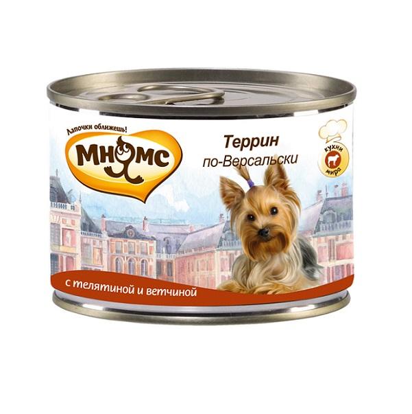 Консервы для собак Мнямс Террин по-Версальски, с телятиной и ветчиной, 200 г57655Полнорационные корма Мнямс, производимые в Германии, содержат все необходимое для здоровой и счастливой жизни вашего питомца. Входящие в состав ингредиенты абсолютно натуральны, сбалансированы и при этом обладают высокой вкусовой привлекательностью. Блюдо, занявшее достойное место на столах французской знати в XVIII-XIX веках, изначально зародилось как сытная еда для крестьян и рабочих. Террин представляет собой рулет из разных видов мяса. Щедро приправленное травами и специями мясо режут на мелкие кусочки и запекают в специальной посуде с высокими бортами, которая так и называется террин. Чтобы рулет не пересыхал, сверху его покрывают желе с пряностями. При кормлении необходимо учитывать возраст и активность животного. Собака всегда должна иметь доступ к свежей питьевой воде. Состав: мясо (68%), из них телятина (58%), ветчина (10%), грибы (2%), минералы, прованские травы (0,2%), льняное масло (0,1%). Пищевая ценность: витамин Е (30 мг), витамин...
