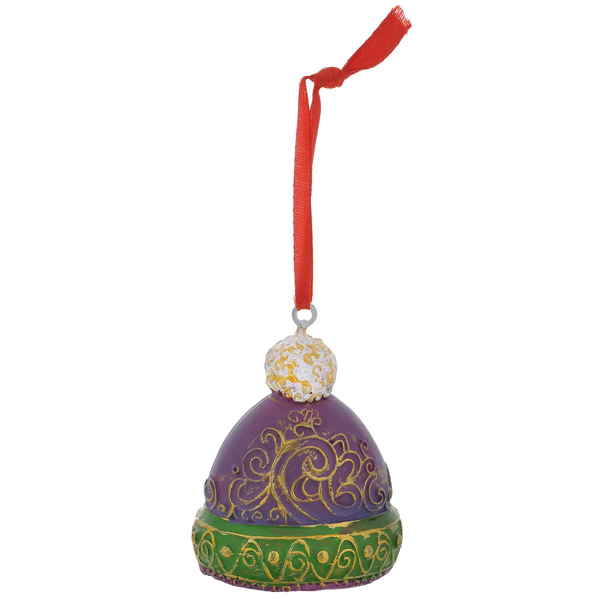 Новогоднее подвесное украшение Шапка, цвет: фиолетовый, зеленый. 3459834598Оригинальное новогоднее украшение из пластика прекрасно подойдет для праздничного декора дома и новогодней ели. Изделие крепится на елку с помощью металлического зажима.
