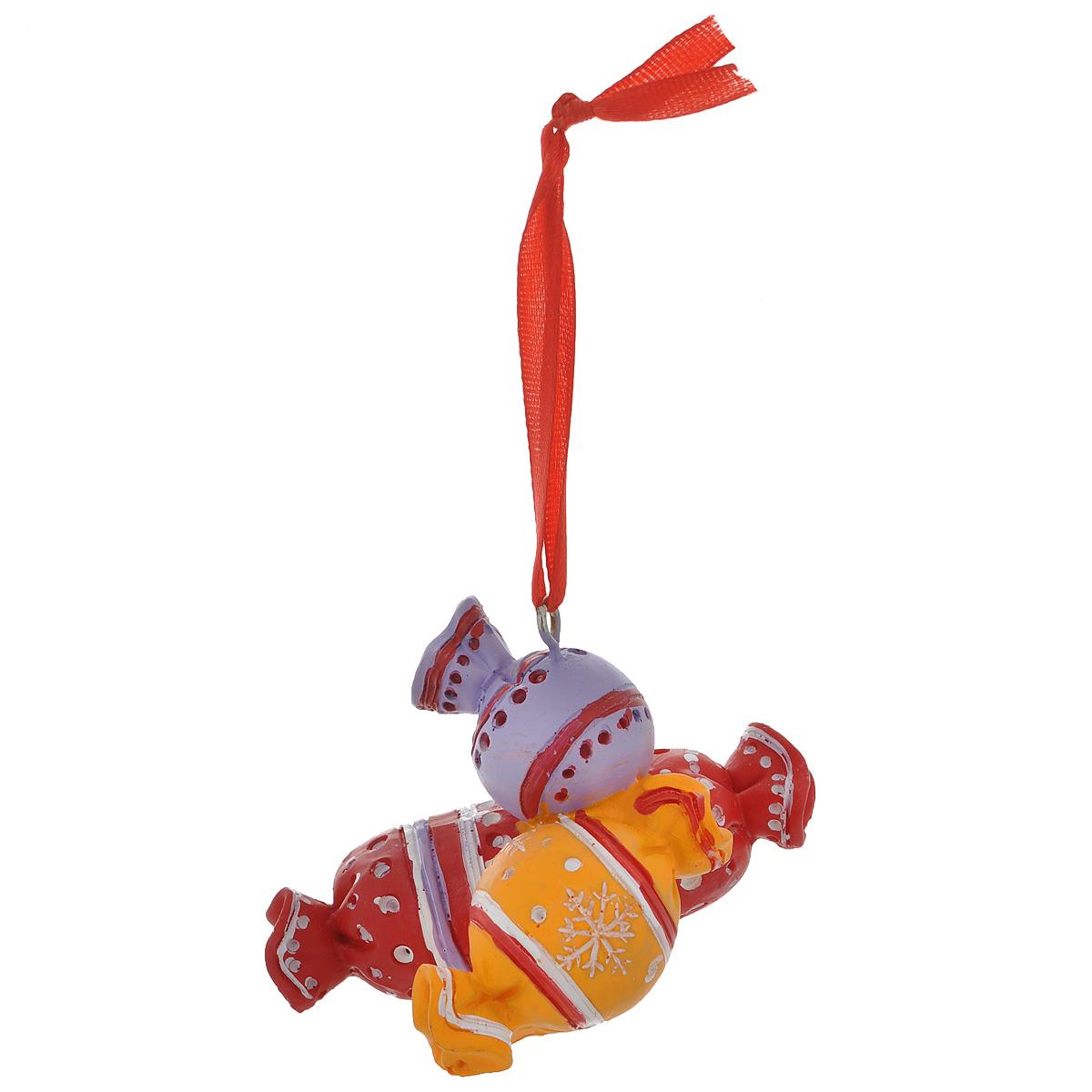 Новогоднее подвесное украшение Конфеты. 3457434574Оригинальное новогоднее украшение из пластика прекрасно подойдет для праздничного декора дома и новогодней ели. Изделие крепится на елку с помощью металлического зажима.