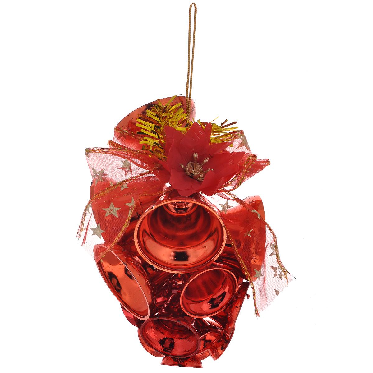 Новогоднее подвесное украшение Колокольчики, цвет: красный. 3442434424Новогоднее украшение Колокольчики отлично подойдет для декорации вашего дома и новогодней ели. Игрушка выполнена в виде связки на декоративной ленте из шести пластиковых колокольчиков различных размеров. Связка украшена декоративным элементом в виде цветка с золотистым листком, ветками с ягодами и текстильным бантом с мишурой. Колокольчики украшены мишурой и золотой каймой по краю. Украшение оснащено специальной текстильной петелькой для подвешивания. Елочная игрушка - символ Нового года. Она несет в себе волшебство и красоту праздника. Создайте в своем доме атмосферу веселья и радости, украшая всей семьей новогоднюю елку нарядными игрушками, которые будут из года в год накапливать теплоту воспоминаний.