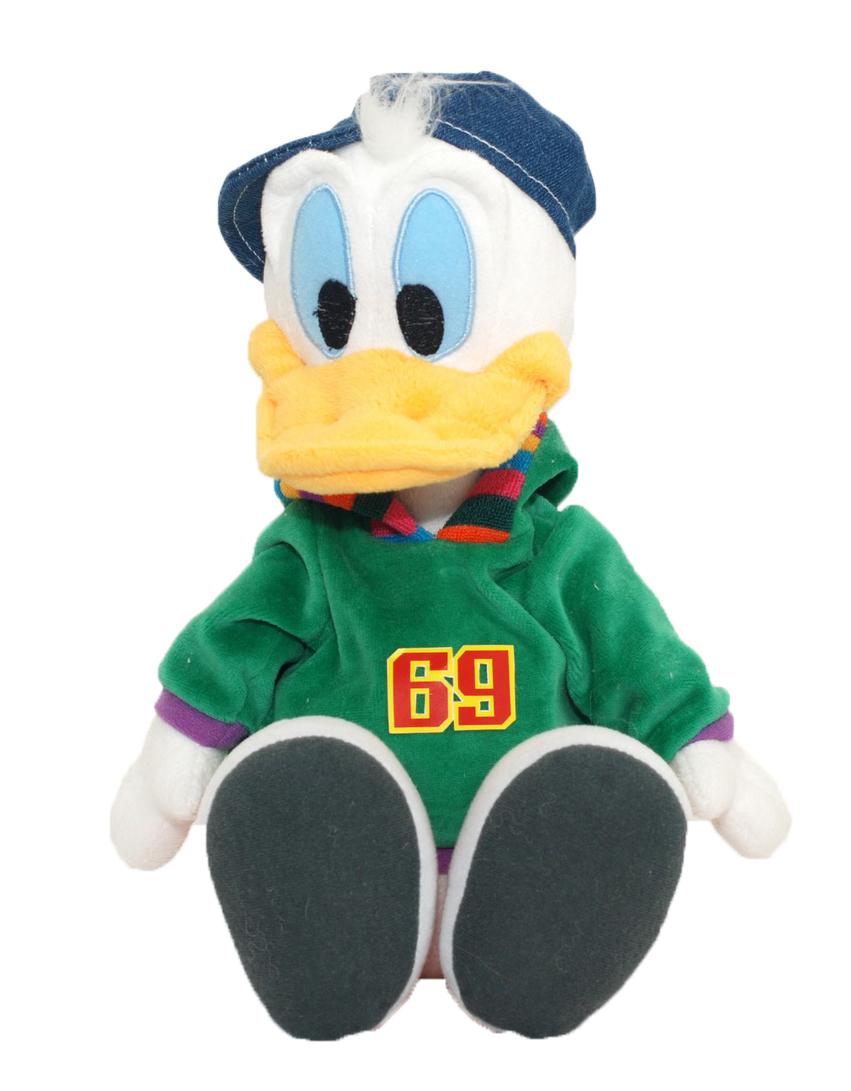 Мягкая озвученная игрушка Disney Дональд, 36 смDDD01\MОчаровательная мягкая игрушка Disney Дональд, выполненная в виде всем известного забавного утенка Дональда Дака - лучшего друга Микки Мауса, в зеленой толстовке с капюшоном, джинсовой кепке и ярких красных кедах, вызовет умиление и улыбку у каждого, кто ее увидит. Утенок говорит фразы Это еще что такое?, Это что за шуточки?, Я настоящий джентльмен!, а также смеется, крякает и дразнится. Эта невероятная игрушка станет замечательным подарком, как ребенку, так и взрослому. Необычайно мягкая, она принесет радость и подарит своему обладателю мгновения нежных объятий и приятных воспоминаний.