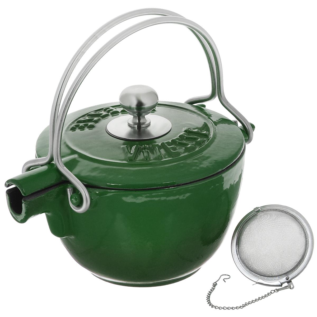 Чайник заварочный Vitesse Ferro, с ситечком, цвет: зеленый, 1,15 лVS-2329_зеленыйЗаварочный чайник Vitesse Ferro изготовлен из чугуна с эмалированной внутренней и внешней поверхностью. Эмалированный чугун - это железо, на которое наложено прочное стекловидное эмалевое покрытие. Такая посуда отлично подходит для приготовления традиционной здоровой пищи. Чугун является наилучшим материалом, который долго удерживает и равномерно распределяет тепло. Благодаря особым качествам эмали, чем дольше вы используете посуду, тем лучше становятся ее эксплуатационные характеристики. Чугун обладает высокой прочностью, износоустойчивостью и антикоррозийными свойствами. Чайник оснащен двумя металлическими ручками и крышкой. Металлическое ситечко на цепочке с крючком - в комплекте. Можно готовить на газовых, электрических, стеклокерамических, галогенных, индукционных плитах. Подходит для мытья в посудомоечной машине. Высота чайника (без учета ручки и крышки): 10,5 см. Диаметр чайника (по верхнему краю): 15,5 см. Диаметр ситечка: 6 см....
