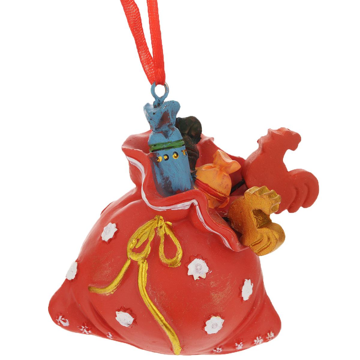 Новогоднее подвесное украшение Мешок со сладостями, цвет: красный. 3457834578Оригинальное новогоднее украшение из пластика прекрасно подойдет для праздничного декора дома и новогодней ели. Изделие крепится на елку с помощью металлического зажима.