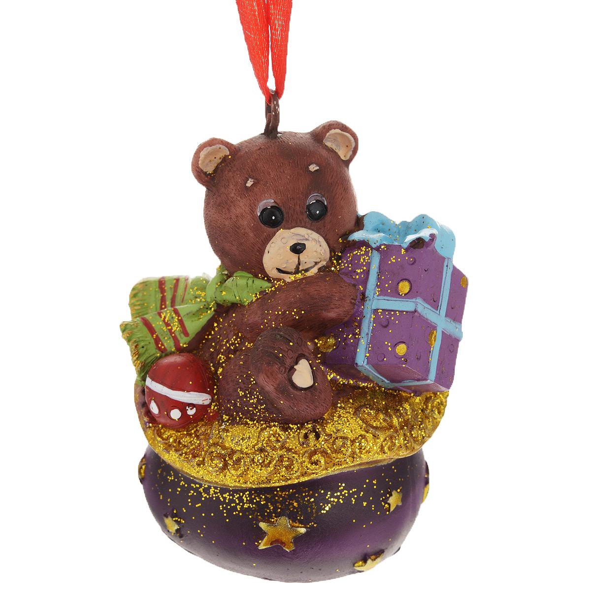 Новогоднее подвесное украшение Мишка в мешке с подарком. 3459534595Оригинальное новогоднее украшение из пластика прекрасно подойдет для праздничного декора дома и новогодней ели. Изделие крепится на елку с помощью металлического зажима.