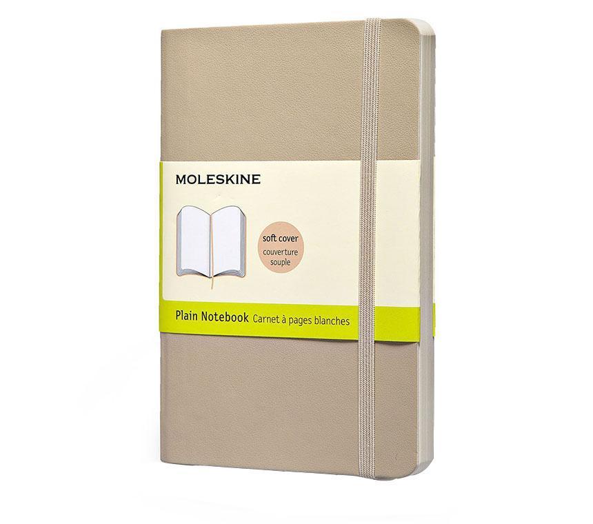 Записная книжка Classic Soft (нелинованная), Moleskine, Large, бежевый (арт. QP618G4)QP618G4Классическая записная книжка Молескин в мягкой цветной обложке. Удобная эластичная застежка защитит Вашу записную книжку. Надёжно вшитая в корешок закладка. На внутренней стороне обложки - вместительный кармашек для документов. Не желтеющая, быстро впитывающая чернила бумага. Формат: Large (13x21 см) Обложка: мягкая, влагозащитная Бумага: 192 страницы, нелинованные
