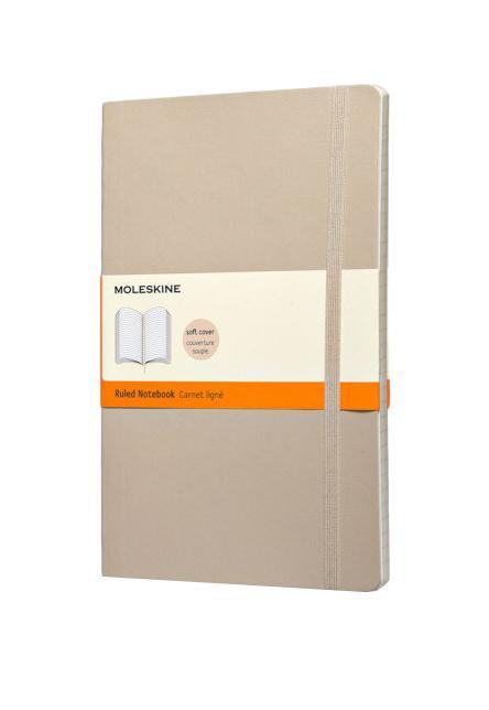 Записная книжка Classic Soft (в линейку), Moleskine, Large, бежевый (арт. QP616G4)QP616G4Классическая записная книжка Молескин в мягкой цветной обложке. Удобная эластичная застежка защитит Вашу записную книжку. Надёжно вшитая в корешок закладка. На внутренней стороне обложки - вместительный кармашек для документов. Не желтеющая, быстро впитывающая чернила бумага. Формат: Large (13x21 см) Обложка: мягкая, влагозащитная Бумага: 192 страницы, в линейку