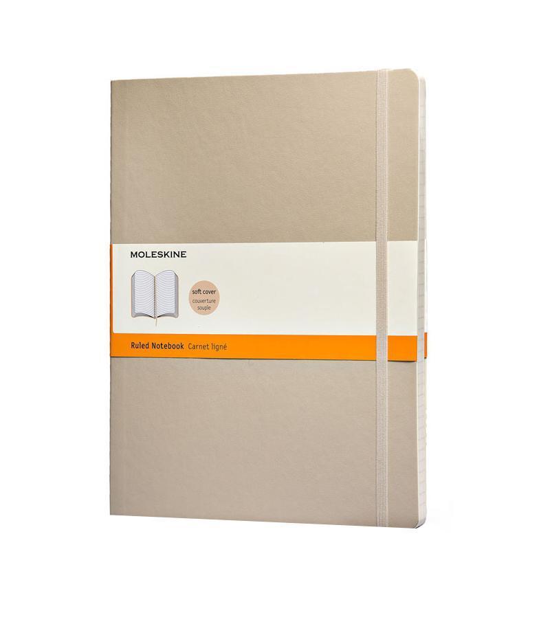 Записная книжка Classic Soft (в линейку), Moleskine, ХLarge, бежевый (арт. QP621G4)QP621G4Классическая записная книжка Молескин в мягкой цветной обложке. Удобная эластичная застежка защитит Вашу записную книжку. Надёжно вшитая в корешок закладка. На внутренней стороне обложки - вместительный кармашек для документов. Не желтеющая, быстро впитывающая чернила бумага. Формат: XLarge (19x25 см) Обложка: мягкая, влагозащитная Бумага: 192 страницы, в линейку