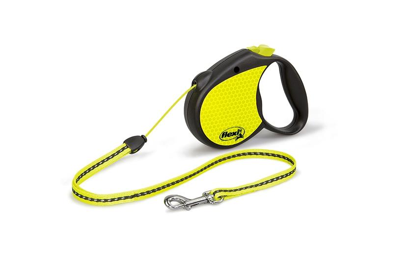 Поводок-рулетка Flexi Neon S для собак до 12 кг, цвет: черный, желтый, 5 м021705Поводок-рулетка Flexi Neon S со светоотражающими элементами изготовлен из пластика и нейлона. Подходит для собак весом до 12 кг. Тросовый поводок- рулетка обеспечивает каждой собаке свободу движения, что идет на пользу здоровью и радует вашего четвероногого друга. Рулетка очень проста в использовании. Она оснащена кнопками кратковременной и постоянной фиксации. Поводок имеет прочный корпус, хромированную застежку и светоотражающие элементы. Длина поводка: 5 м. Максимальная нагрузка: 12 кг. Товар сертифицирован.