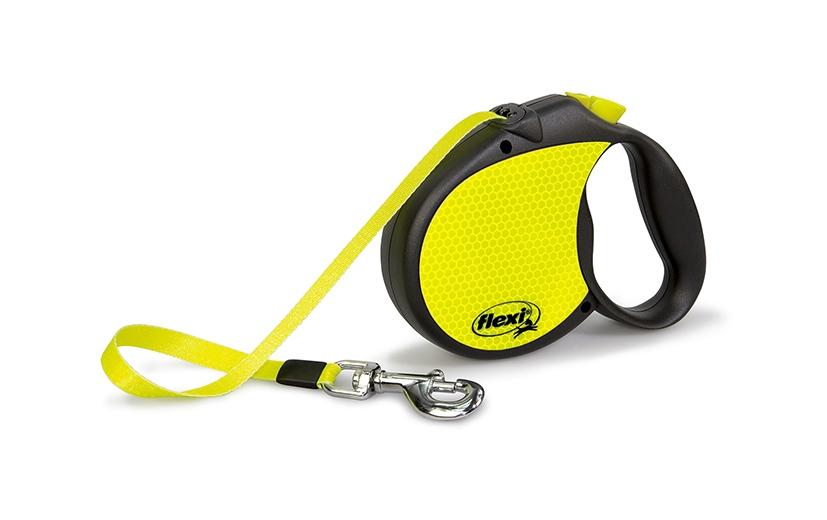 Поводок-рулетка Flexi Neon L для собак до 50 кг, цвет: черный, желтый, 5 м021729Поводок-рулетка Flexi Neon L со светоотражающими элементами изготовлен из пластика и нейлона. Подходит для собак весом до 50 кг. Ленточный поводок-рулетка обеспечивает каждой собаке свободу движения, что идет на пользу здоровью и радует вашего четвероногого друга. Рулетка очень проста в использовании. Она оснащена кнопками кратковременной и постоянной фиксации. Поводок имеет прочный корпус, хромированную застежку и светоотражающие элементы. Длина поводка: 5 м.