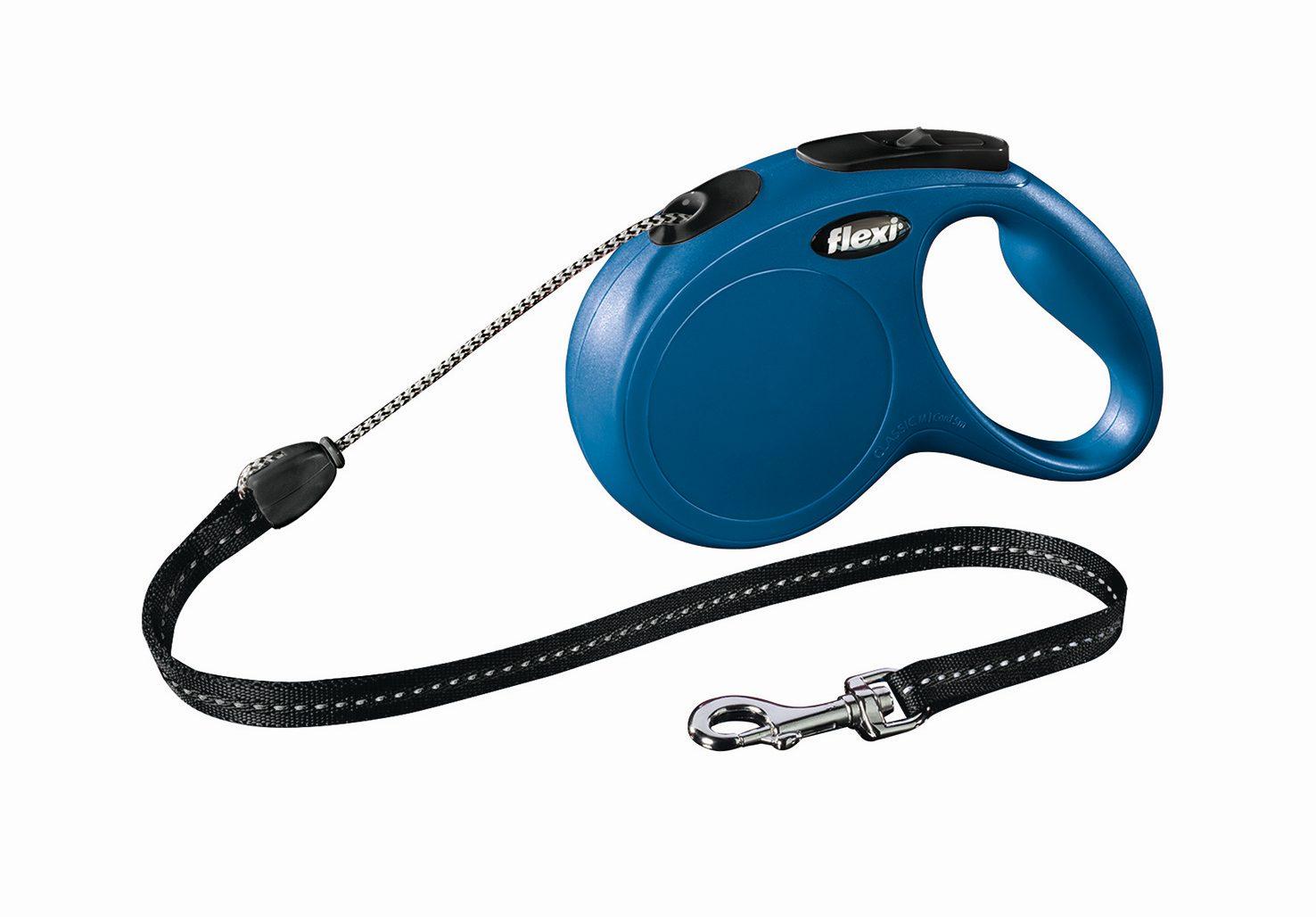 Поводок-рулетка Flexi Classic Basic M для собак до 20 кг, цвет: синий, 5 м022610Поводок-рулетка Flexi Classic Basic M изготовлен из пластика и нейлона. Подходит для собак весом до 20 кг. Тросовый поводок обеспечивает каждой собаке свободу движения, что идет на пользу здоровью и радует вашего четвероногого друга. Рулетка очень проста в использовании. Она оснащена кнопками кратковременной и постоянной фиксации. Ее можно оснастить мультибоксом для лакомств или пакетиков для сбора фекалий, LED подсветкой корпуса, своркой или ремнем с LED подсветкой. Поводок имеет прочный корпус, хромированную застежку и светоотражающие элементы. Длина поводка: 5 м. Максимальная нагрузка: 20 кг. Товар сертифицирован.