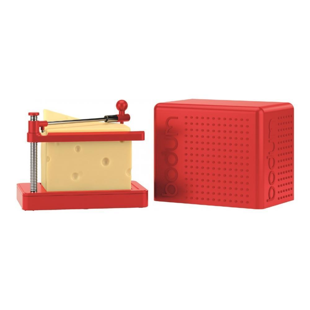 Сырорезка Bodum Bistro, струнная, цвет: красный11546-294Сырорезка Bodum Bistro состоит из прямоугольной пластиковой подставки и струны из нержавеющей стали, закрепленной на металлической ручке с пластиковым фиксатором для сыра. Основание подставки снабжено резиновыми вставками, что предотвращает скольжение сырорезки по поверхности стола. Действует сырорезка довольно просто: сыр кладется на подставку и плавно разрезается струной на кусочки. В комплект входит специальная крышка для хранения сырорезки. С такой сырорезкой ваш сыр всегда будет идеально порезан на ровные кусочки нужного размера. Не обрабатывать абразивными моющими средствами.
