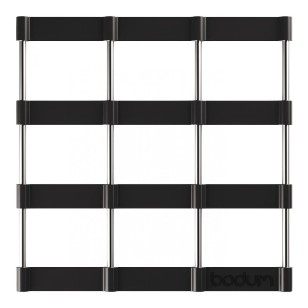 Подставка под горячее Bodum Bistro, цвет: черный, 17,5 х 17,5 см11553-01Подставка под горячее Bodum Bistro, выполненная из силикона и нержавеющей стали, идеально впишется в интерьер современной кухни. Силикон не даст подставке скользить по поверхности стола. Простые геометрические формы можно использовать в дизайне самых разнообразных предметов, получая не только красивую, но еще и функциональную вещь! Подставка под горячее, имеющая вид соединенных вместе стальных прутьев и силиконовых лент в форме квадратов, превосходно впишется в интерьер современной кухни и дополнит набор кухонной утвари. Каждая хозяйка знает, что подставка под горячее - это незаменимый и очень полезный аксессуар на каждой кухне. Ваш стол будет не только украшен оригинальной подставкой, но и сбережен от воздействия высоких температур ваших кулинарных шедевров. Можно использовать в посудомоечных машинах. Не обрабатывать абразивными моющими средствами.