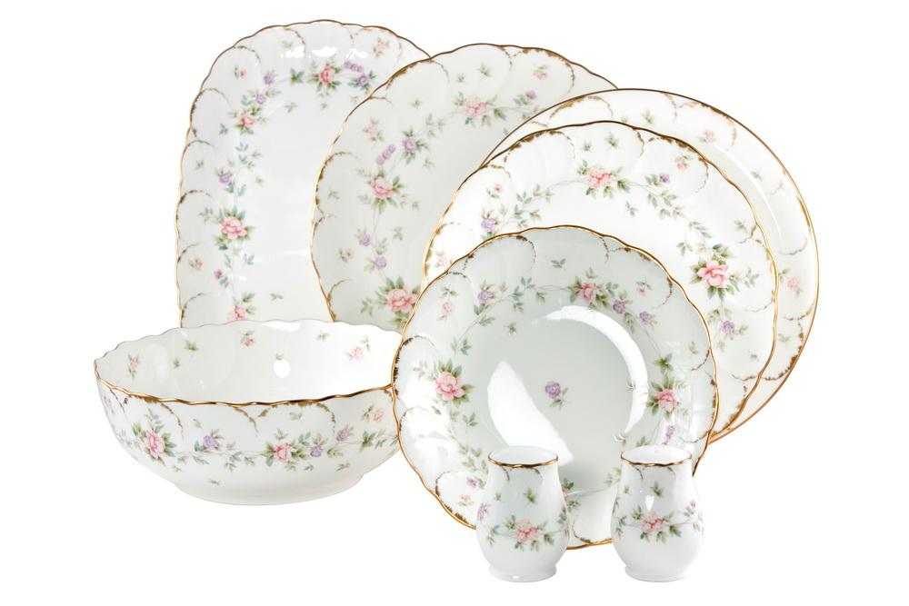 С-з столовый 23 пр. на 6 персон Воспоминание8967-52420СОСТАВ: блюдо овальное 31см, блюдо круглое 30см, салатник круглый 23см, 6 тарелок подстановочных 27см, 6 тарелок закусочных 23см, 6 тарелок суповых 19см, солонка, перечница. Всемирно известная марка NARUMI была основана в 1911 году, в Японии. На сегодняшний день NARUMI – один из ведущих производителей элитного фарфора «BoneChina*». Фарфор от NARUMI содержит до 47% костяной золы, что, безусловно, позволяет ему быть классическим фарфором «BoneChina*». Благодаря такому составу фарфор этой марки чрезвычайно прочен, в то же время – тонок и изящен. Это качество по достоинству оценили любители эксклюзивной и красивой посуды не только в Японии, но и далеко за ее пределами. Вызывает восхищение и графическая отделка посуды. Тонкие, неуловимо изящные линии и красивейший орнамент наносится вручную. При этом декорирование и роспись драгоценными металлами скорее не исключение, а распространенная практика. При этом металл имеет характерный «шёлковый» блеск, что достигается тщательной ручной...