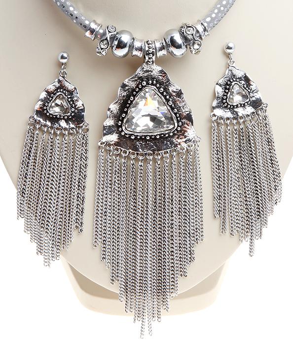 Комплект Стелла: колье и серьги-пусеты. Крупные прозрачные кристаллы, шнурок из искусственной замши, бижутерный сплав серебряного тона. Гонконг, 2000-е гг.ZAP-019Комплект Стелла: колье и серьги-пусеты. Крупные прозрачные кристаллы, шнурок из искусственной замши, бижутерный сплав серебряного тона. Гонконг, 2000-е гг. Размер: Ожерелье: длина 40 - 48 см, регулируется за счет застежки-цепочки. Серьги: 11.0 x 3.0 см. Сохранность отличная, изделие новое.