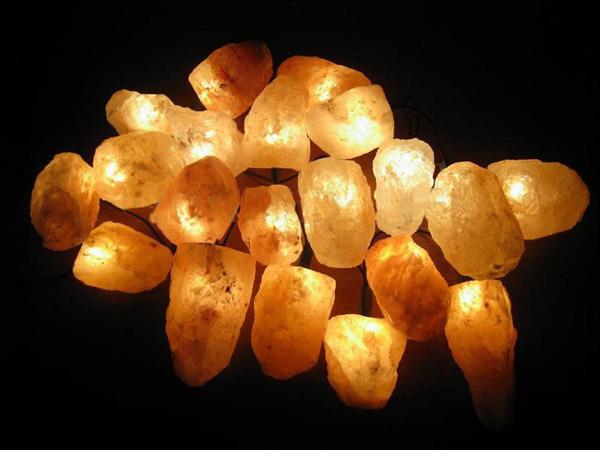 Лампа солевая Wonder Life Огненная фантазия213Лампа солевая Wonder Life Огненная фантазия изготовлена из природной каменной соли. В комплект входит: - электрическая гирлянда (1 шт); - плафоны (камни из соли 20 шт). Материал плафона лампы - натуральная гималайская соль из Пакистана. Соль в холодном состоянии обладает способностью поглощать влагу из воздуха, а при нагреве выделять влагу. Солевая лампа станет не только прекрасным элементом интерьера, но и мягким природным ионизатором, который принесет в ваш дом красоту, гармонию и здоровье. Преимущества очищения воздуха каменной солью: облегчение головной боли при мигрени, повышение уровня серотонина в крови, уменьшение тяжести приступов астмы, укрепление иммунной системы и снижение уязвимости к простуде и гриппу. В целях безопасности включенную лампу ничем нельзя накрывать. Не использовать гирлянду в подвешенном состоянии.