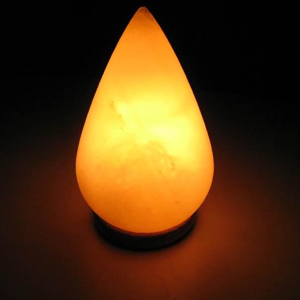 Лампа солевая Wonder Life Капля477Лампа солевая Wonder Life Капля изготовлена из природной каменной соли. Лампа имеет форму капли. Материал плафона лампы - натуральная гималайская соль из Пакистана. Соль в холодном состоянии обладает способностью поглощать влагу из воздуха, а при нагреве выделять влагу. Источником света в лампе служит электрическая лампочка (входит в комплект). Лампа имеет деревянную подставку. Солевая лампа станет не только прекрасным элементом интерьера, но и мягким природным ионизатором, который принесет в ваш дом красоту, гармонию и здоровье. Преимущества очищения воздуха каменной солью: облегчение головной боли при мигрени, повышение уровня серотонина в крови, уменьшение тяжести приступов астмы, укрепление иммунной системы и снижение уязвимости к простуде и гриппу. В целях безопасности включенную лампу ничем нельзя накрывать.