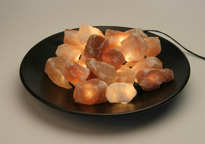 Лампа солевая Wonder Life Огненная чаша, на блюде214Лампа солевая Wonder Life Огненная чаша изготовлена из природной каменной соли. В комплект входит: - электрическая гирлянда (1 шт); - блюдо (1 шт); - плафоны (камни из соли 15 шт). Материал плафона лампы - натуральная гималайская соль из Пакистана. Соль в холодном состоянии обладает способностью поглощать влагу из воздуха, а при нагреве выделять влагу. Солевая лампа станет не только прекрасным элементом интерьера, но и мягким природным ионизатором, который принесет в ваш дом красоту, гармонию и здоровье. Преимущества очищения воздуха каменной солью: облегчение головной боли при мигрени, повышение уровня серотонина в крови, уменьшение тяжести приступов астмы, укрепление иммунной системы и снижение уязвимости к простуде и гриппу. В целях безопасности включенную лампу ничем нельзя накрывать. Не использовать гирлянду в подвешенном состоянии.