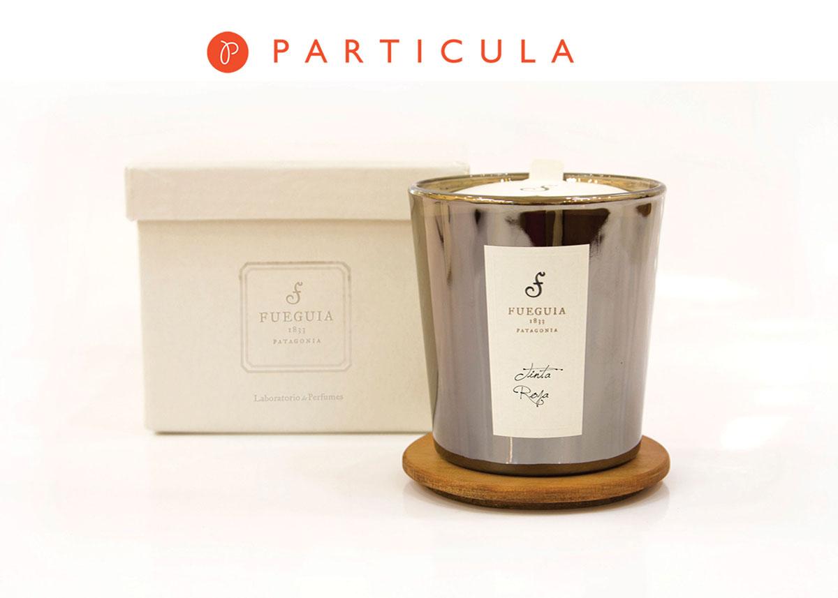 Fueguia Парфюмированная свеча Tinta Roja, 280 г1103902280Он вошел и направился к гардеробной, оставляя за собой сладковый аромат меланхолии и разбитого сердца.