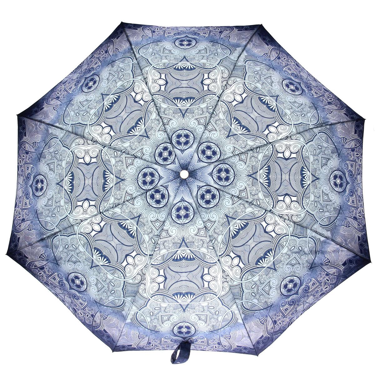 Зонт женский Doppler, автомат, 3 сложения, цвет: голубой, темно-синий, белый. 74660FGA74660FGAСтильный автоматический зонт Doppler в 3 сложения даже в ненастную погоду позволит вам оставаться стильной и элегантной. Каркас зонта из стали состоит из восьми карбоновых спиц и оснащен удобной пластиковой рукояткой. Зонт имеет автоматический механизм сложения: купол открывается и закрывается нажатием кнопки на рукоятке, стержень складывается вручную до характерного щелчка, благодаря чему открыть и закрыть зонт можно одной рукой, что чрезвычайно удобно при входе в транспорт или помещение. Купол зонта выполнен из прочного сатина и оформлен изображением оригинального орнамента. Закрытый купол фиксируется хлястиком на кнопке. На рукоятке для удобства есть небольшой шнурок-петля, позволяющий надеть зонт на руку тогда, когда это будет необходимо. К зонту прилагается чехол.