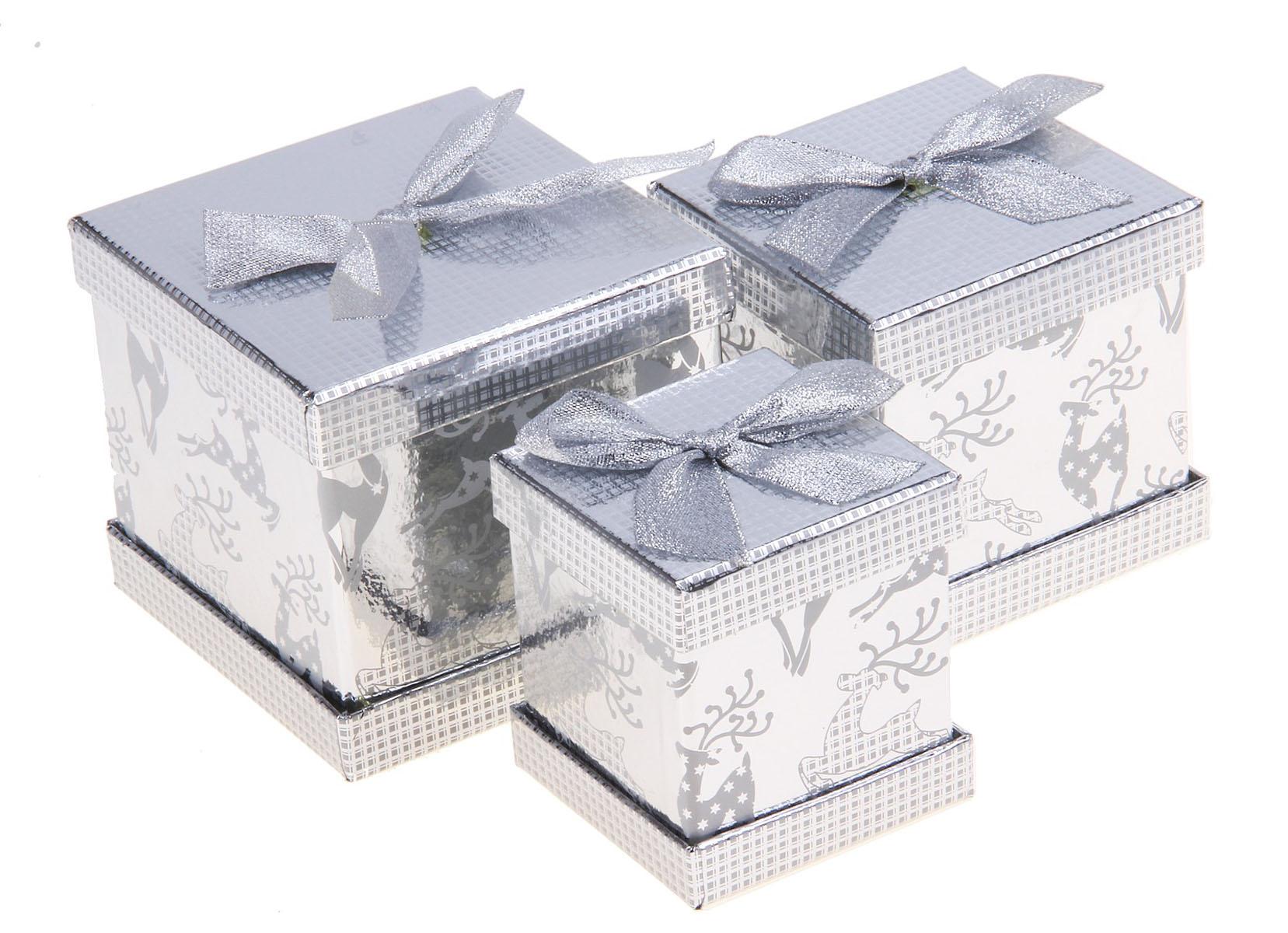 Набор подарочных коробок 3в1 Sima-land Мечта, цвет: серебристый, 3 шт682360Набор Sima-land Мечта состоит из трех квадратных коробок разного размера, которые вмещаются друг в друга. Коробки декорированы изображением оленей и текстильным бантом. Набор подарочных коробок - это наилучшее решение, если вы хотите порадовать ваших близких и создать праздничное настроение, ведь подарок, преподнесенный в оригинальной упаковке, всегда будет самым эффектным и запоминающимся. Окружите близких людей вниманием и заботой, вручив презент в нарядном, праздничном оформлении. Размер большой коробки: 12 см х 12 см х 11 см. Размер средней коробки: 10,5 см х 10,5 см х 11 см. Размер маленькой коробки: 8,5 см х 8,5 см х 9 см.